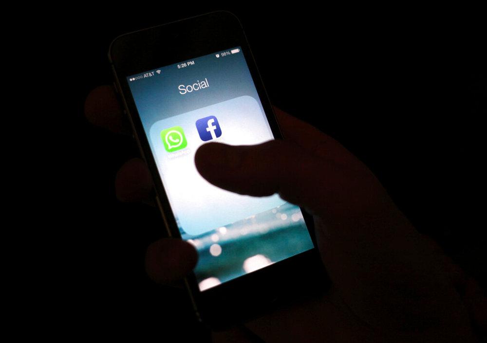 """ARCHIVO: esta foto de archivo del 19 de febrero de 2014 muestra el ícono de la aplicación de Facebook en un iPhone en Nueva York.  Facebook dice que Apple está restaurando una herramienta de desarrollo clave que el fabricante de iPhone desactivó el miércoles 31 de enero de 2019. El movimiento anterior de Apple siguió a la divulgación de un programa de Facebook que paga a los usuarios, incluidos los adolescentes, que descarguen una aplicación de """"investigación"""" que podría realizar un seguimiento exhaustivo de las personas 'aplicación y uso de internet.  (Foto AP / Karly Domb Sadof, Archivo)"""