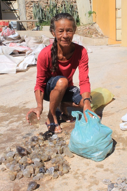 A women gathers stones at the periphery of the mining, and offers for sale. This is the low grade material ideal to begin the processing and lapidary school to give her the opportunity to add value to her natural mineral capital.