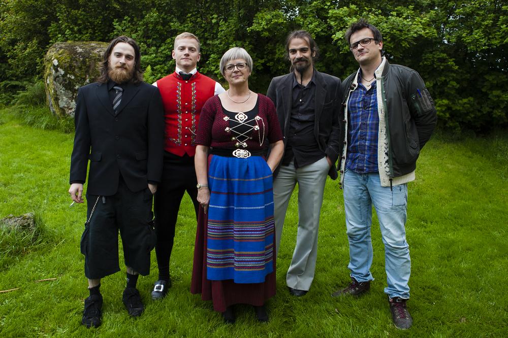 © Eija Mäkivuoti: Birgit ja poikansa #1, 2013 / Birgit med sina söner #1, 2013/ Birgit saman við synunum, 2013 / Birgit with her sons,  Ólavsøka, Tórshavn, 2013
