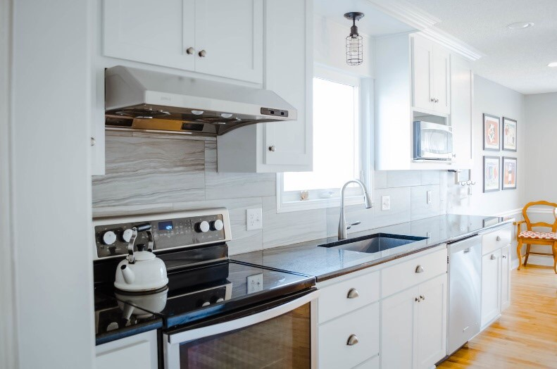 The contrast between black and white makes for a beautifully clean kitchen.