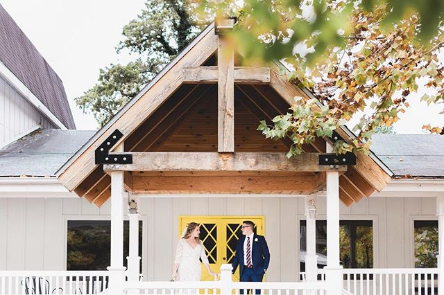 A pop of color and simple elegance ✨ #branson #missouri #weddinginspo #mastinlabs