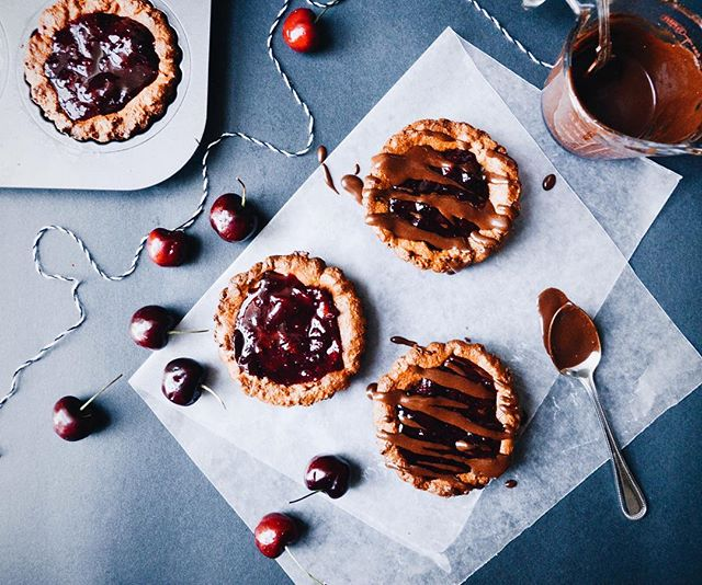 I've got a new recipe for you all!! It's a ginger cookie chocolate cherry tartlet! The perfect combination of fall feels and summer sentiment (woo look at me go with that alliteration!) Link is in my bio! 🍂❤️☀️ It's actually COOL outside this morning and I'm SO HAPPY!! 😊👌🏻