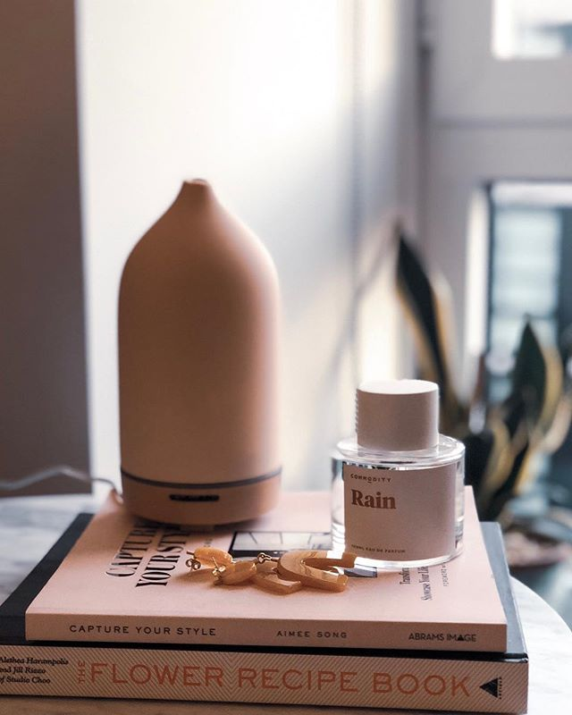 I don't usually put much thought into my home fragrance (as long as my apartment generally smells good, almost any candle will do) but I bought a diffuser a few months ago and it's become a new favorite ritual for winding down at the end of the day. Especially on Sunday nights! Currently using @sajewellness Yoga blend and love it but want to branch out. Anyone have favorites that I should try? Diffuser is by @vitruvi from @sephora and soooo pretty.