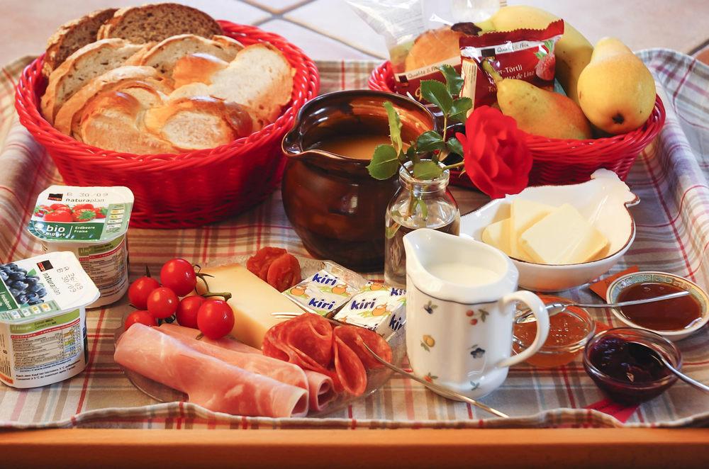 Frühstück: Café complet, dazu Früchte, Joghurt etc.