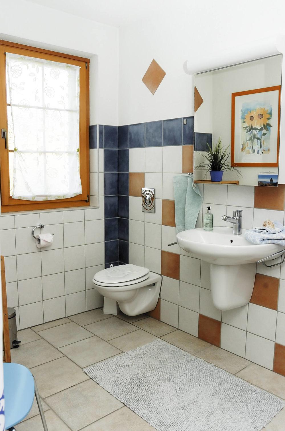 Badezimmer: Ansicht von Toilette und Lavabo