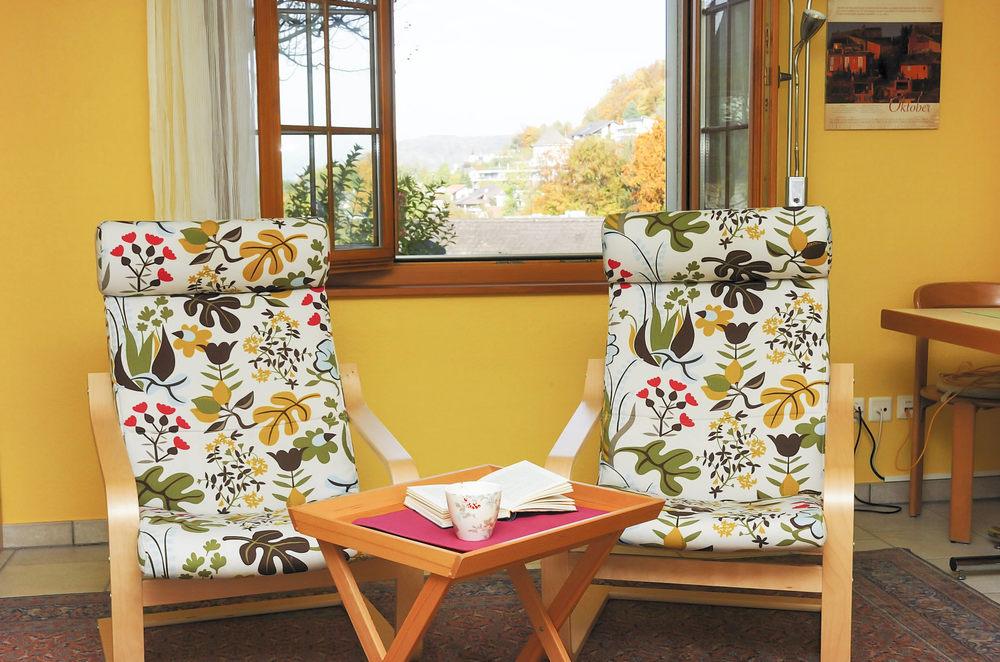 Studio: Ausblick aus dem Fenster mit zwei Sesseln im Vordergrund