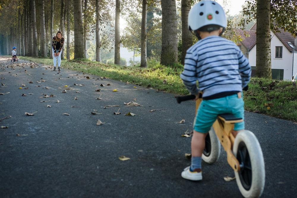 jongen fietst naar mama