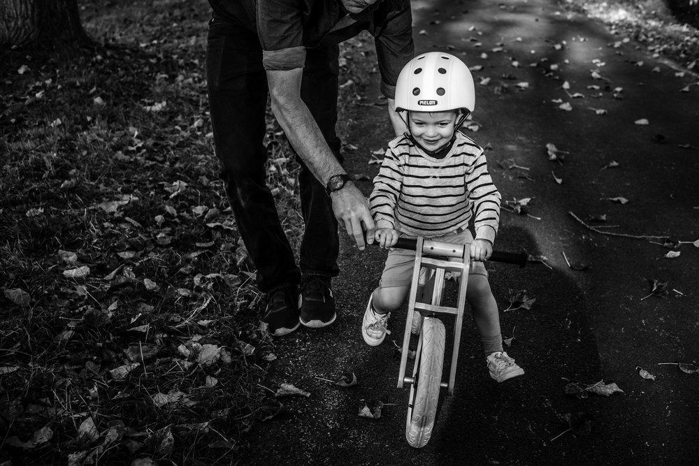 jongetje leert fietsen