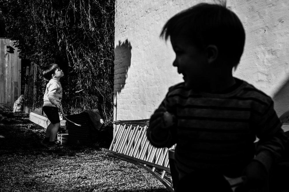 twee jongens in de tuin