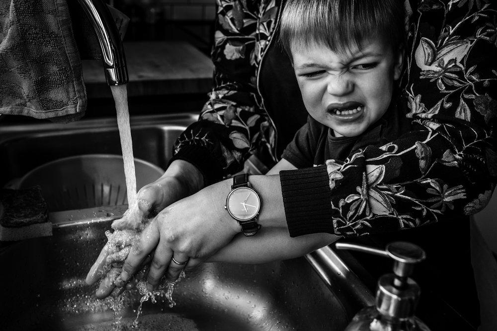 jongen wast handen