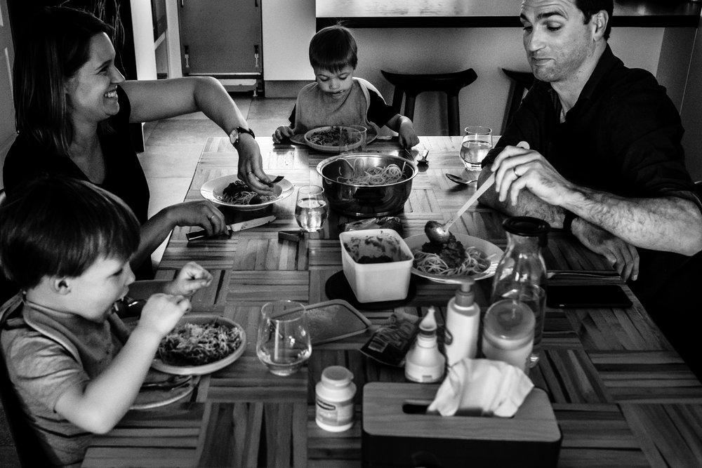 gezin aan tafel