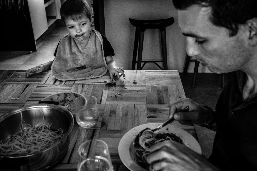 jongen kijkt naar bord papa