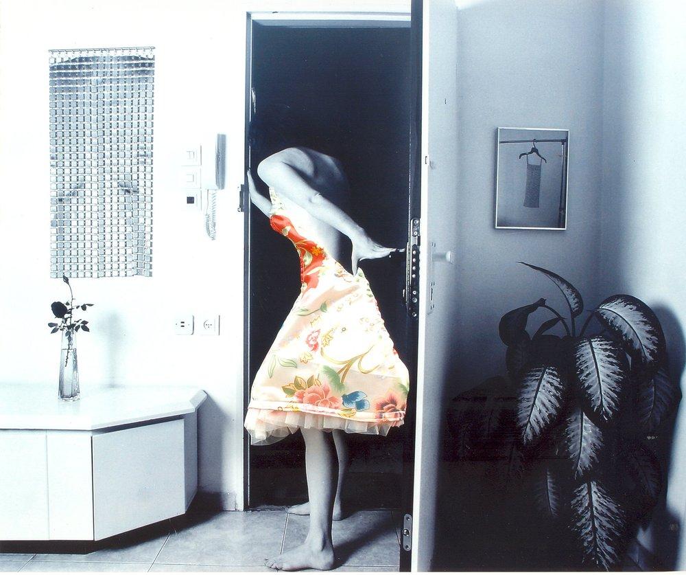 אשה נכנסת הביתה-כחל וסרק סרק סרק.jpg