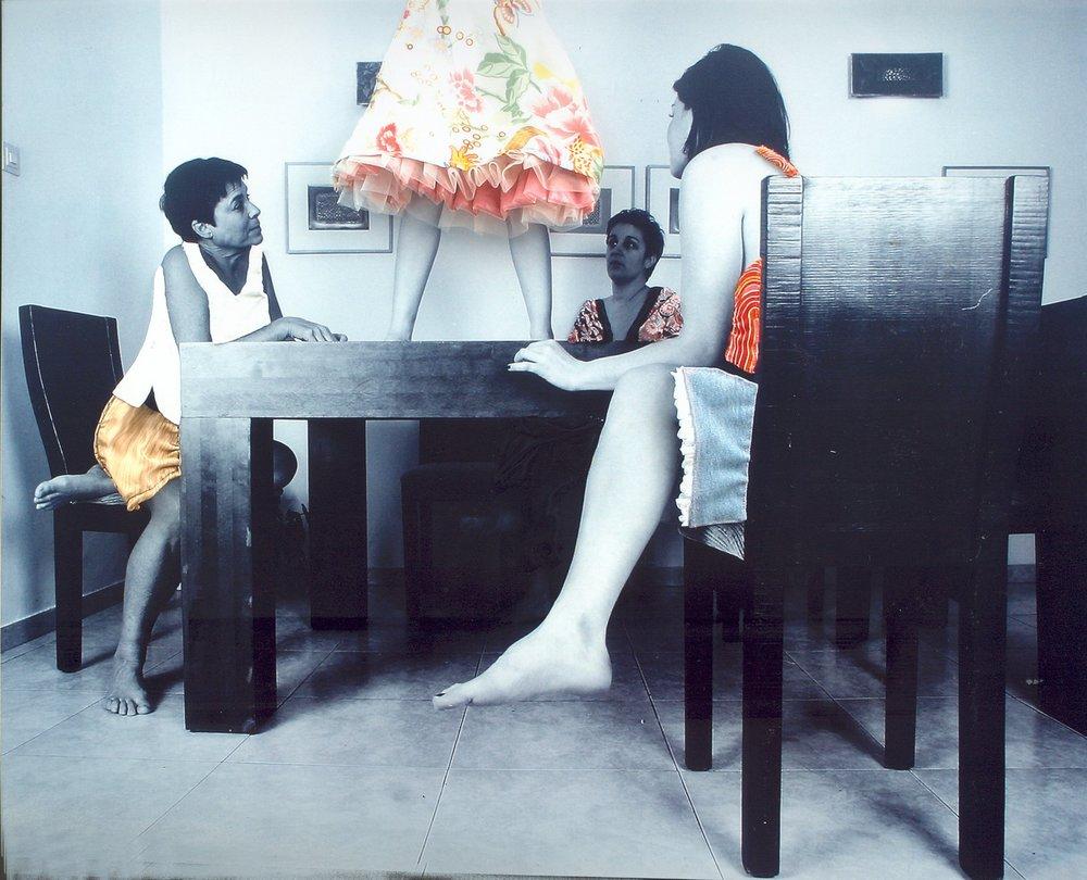 אשה עומדת על שולחן-כחל וסרק.jpg