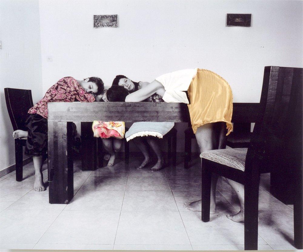 נשים ושכבות על שולחן-כחל וסרק.jpg