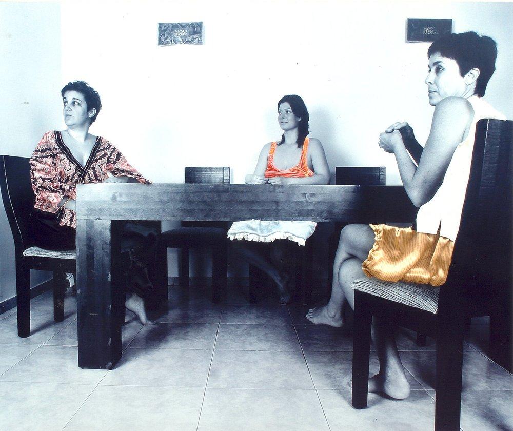 נשים יושבות ליד שולחן-כחל וסרק.jpg