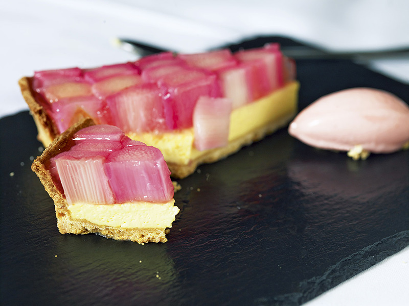 Rhubarb custard tart - Perfect for welcoming spring and brightening up Sunday afternoons.