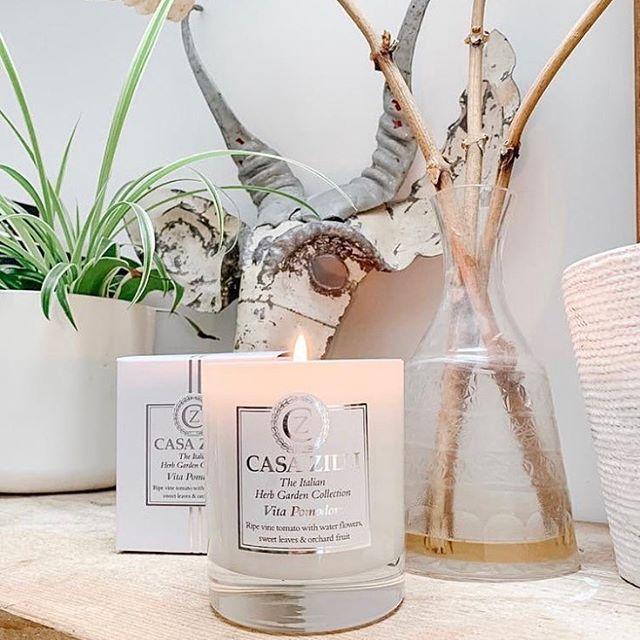 Beautiful photography by @carolinemhicks featuring our luxury Kitchen Vita Pomodoro candle. 🇮🇹————————————————————— #Casazilli #casazillicandles #candle #italy #Italian #homeware #luxury #luxurylife #loveyourhome #lifestyle #kitchenware #homesweethome #decor #homeinspo #homestyle #instagram #interiorstyling #italianherbcollection #instahome #minimalism #classy #interiordesign #interiorstyling #vitapomodoro