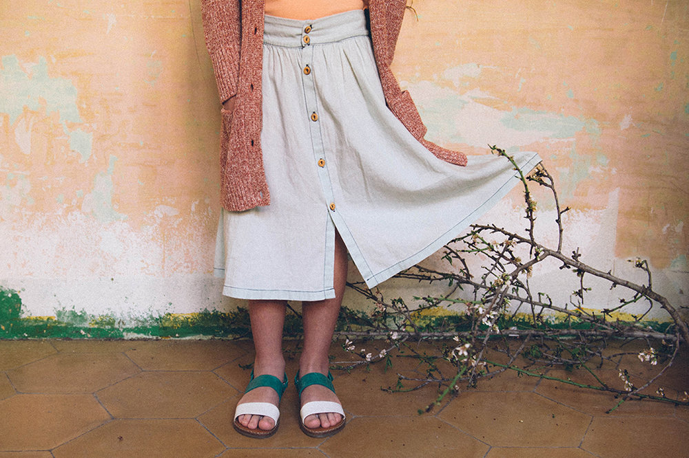 Falda Búho Bcn, camiseta Tiny Cottons, chaqueta Bellerose, sandalias Clotaire by Violaine.