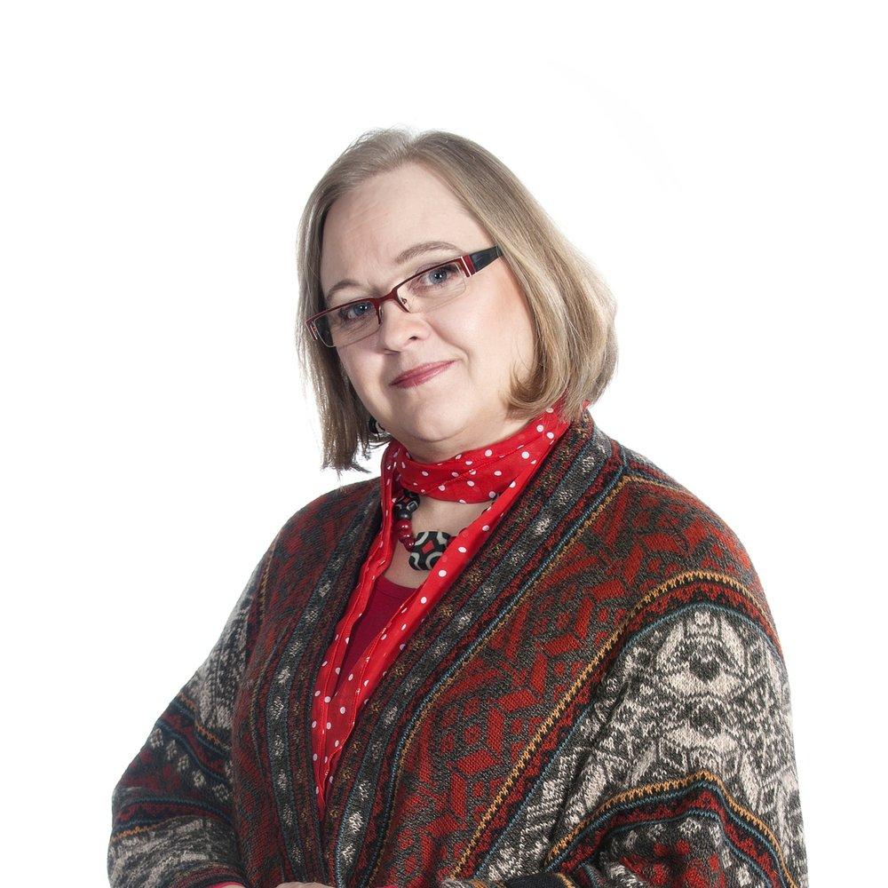 Kirsi-Klaudia Kangas - Kirsi-Klaudia Kangas on toiminut lehdistön freelancer-toimittajana 30 vuotta. Hän kirjoittaa kymmeniin erilaisiin lehtiin kuten Hyvä Sanoma, Apu ja Tunne & Mieli. Hän on kirjoittanut useita romaaneja, tietokirjoja ja elämäkertoja, joista tuorein on lähetyslegenda Pertti Söderlundin elämänkerta Afrikka valitsi minut (Aikamedia 2018). TV-käsikirjoittajaksi kouluttautunut Kangas on myös toimittanut dokumenttielokuvia sekä tehnyt keikkoja TV1:n Asiaohjelmille useisiin faktasarjoihin. TV7:lle Kirsi-Klaudia tekee Kulmakivi -haastatteluohjelmaa.