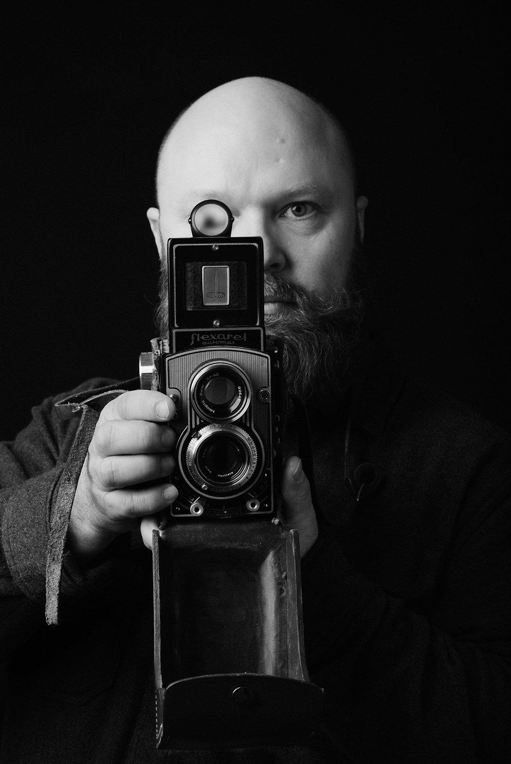 Arto Karvonen - Arto Karvonen on graafinen suunnittelija ja valokuvaaja. Fida Internationalin kohteissa kolmella maanosalla ihmisiä kuvannut Karvonen on havahtunut huomaamaan miten kuvaustilanteissa pieniin yksityiskohtiin keskittyminen saa aikaan isoja muutoksia visuaalisessa tarinankerronnassa.