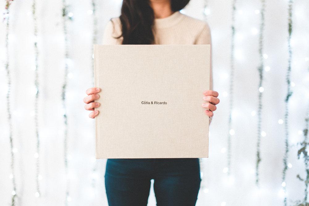 os nossos álbuns e caixas de madeira <3 - Álbum Profissional 30x30cm com 40 páginas, impressão química e capa personalizada.