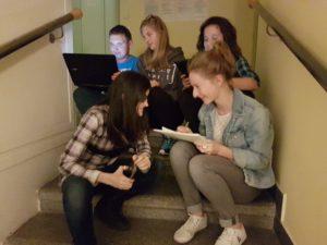 Participantes trabajando... ¡en las escaleras mismamente! | © Eustory