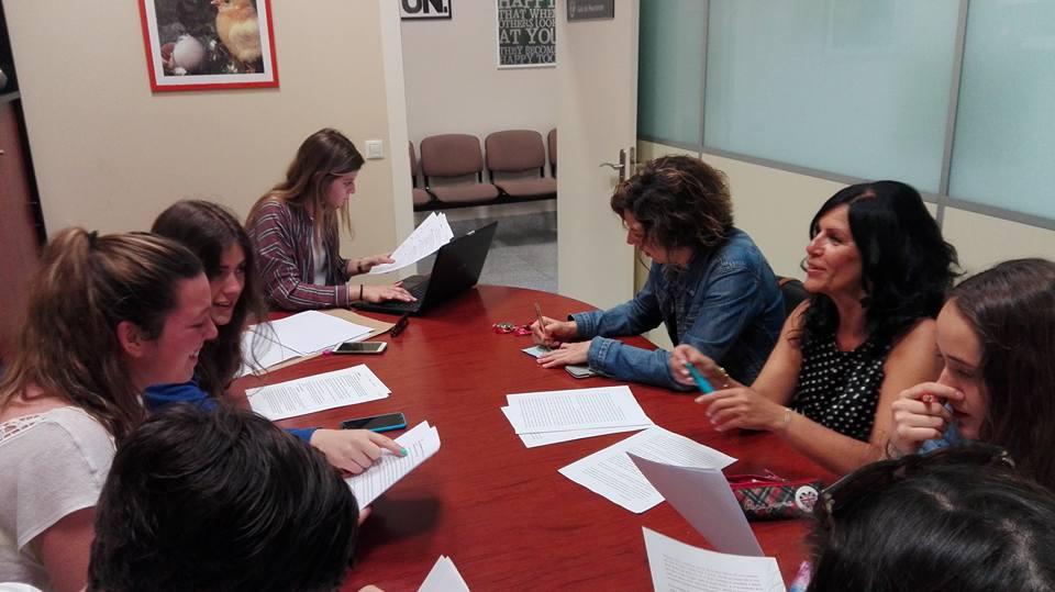 Los autores y sus tutoras, reunidos para ultimar el trabajo