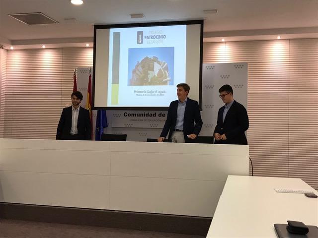 Adrián, Daniel y Gonzalo en la exposición realizada en la Consejería de Educación de la Comunidad de Madrid.