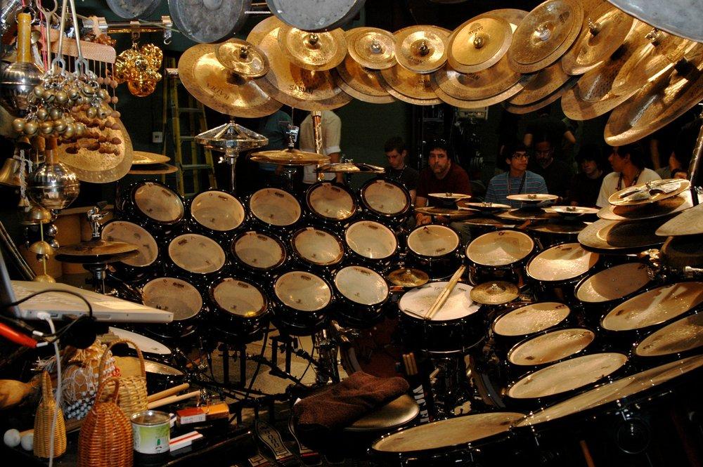 Este é o kit do  Terry Bozzio   , incrível baterista que afina seus tons de forma melódica. Cada tambor emite uma nota específica de uma escala.