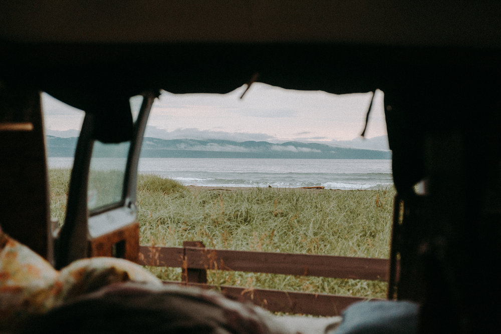 s'endormir ici avec le son des vagues et se réveiller ici avec la brume qui éffleure doucement la baie accompagné les premiers rayons de soleil.