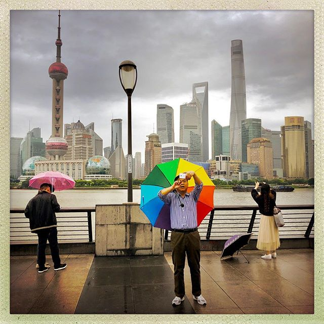 Tourists on a rainy day in Shanghai. #shanghai #china #thebund #photography #travelphotography #shanghailife #color #instagood #umbrella #waterfront #tourist #wexworld #markwexler