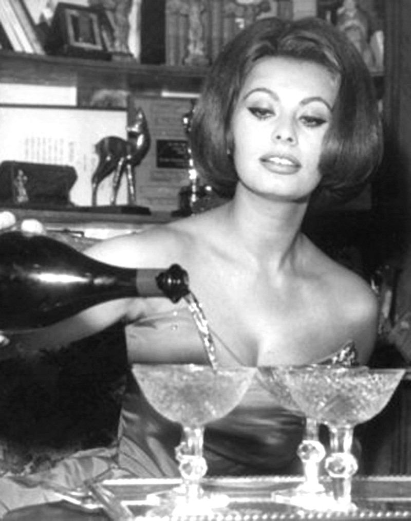 Sofia Loren filling her champagne coupes.