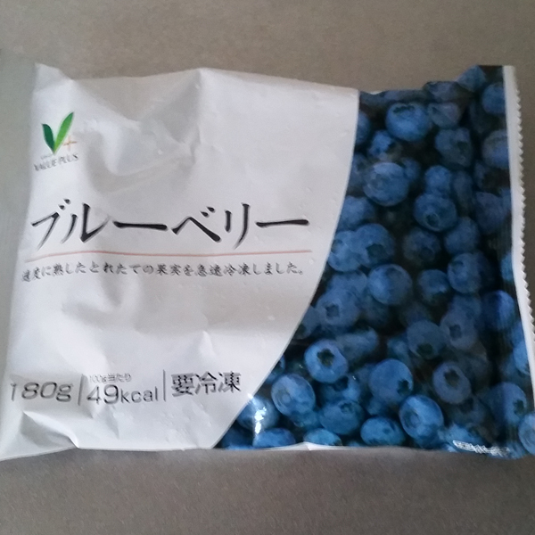 ブルーベリー, Blueberries, ¥388 180g at ¥388 is USD$8.59/lb. No more giant Costco bags of blueberries for $3.33/lb. There's a Costco here, but it's 75 minutes each way, with $11ish round trip train fare, and I think they only deliver non-perishables. That's a lot of trouble when I can't imagine bringing a giant Costco box on the train, nor carrying it the last mile home on foot. I have a rolling grocery sack, though - it's still in our shipping container, which should arrive in late December, so I'll make a Costco pilgrimage then and weigh the benefits. I think they'll even accept my American Costco card, but I need to ask them to start charging me the low Japanese membership fee.