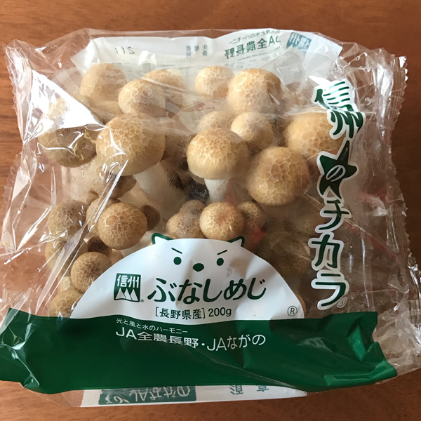 JA 長野 ぶなしめじ - JA Nagano Bunashimeji - ¥ 158 Buna shimeji mushrooms. Brown beech mushrooms. Brown clamshell mushrooms. I love to fry these up with ... um ... a green bok-choy-like vegetable that I don't know the name of ... and eat them with eggs. I eat mushrooms pretty much every day now that they are cheap and abundant. I was pretty sick of American standard mushrooms, and it's probably because they're mostly the same species. I didn't understand why my tastebuds were so bored every time I tried a new mushroom. It turns out baby bella, portobello, crimini, champignon, and button mushrooms are all portobellos, harvested at various stages. Now I have access to actual variety, instead of marketing variety.