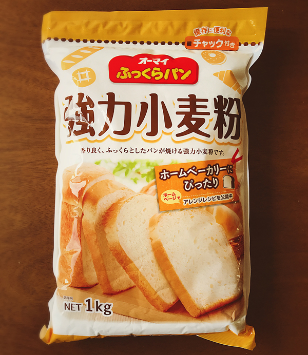 "ふっくら パン 強力粉 - Plump bread strong flour - ¥ 268 ふっくら (fukkura) means plump; パン is katakana ""pa-n"", which I assume is borrowed from Spanish or another romanic language; 強力粉 is strong (high gluten) flour. You usually don't find ""all-purpose"" flour here. Cake flour (low-gluten) and bread flour (high-gluten) are common, though, and you can blend them to get a good noodle flour (medium gluten)."