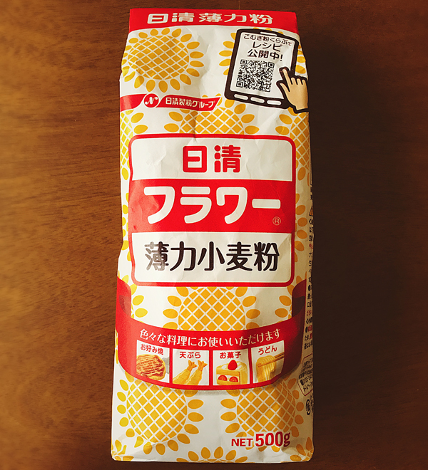 "フラワー 粉 - Flour powder - ¥ 168 日清 Nissin (brand name) フラワー Flour (this is written in katakana, pronounced ""fu-ra-waa"") 薄力小麦粉 Cake Flour (薄 thin/weak/dilute; 力 power; 小 small; 麦 wheat; 粉 powder) ""Small wheat powder"" is flour, and if it is ""weak power"", it is low gluten. Tada! Low-gluten flour. For cakes and stuff."
