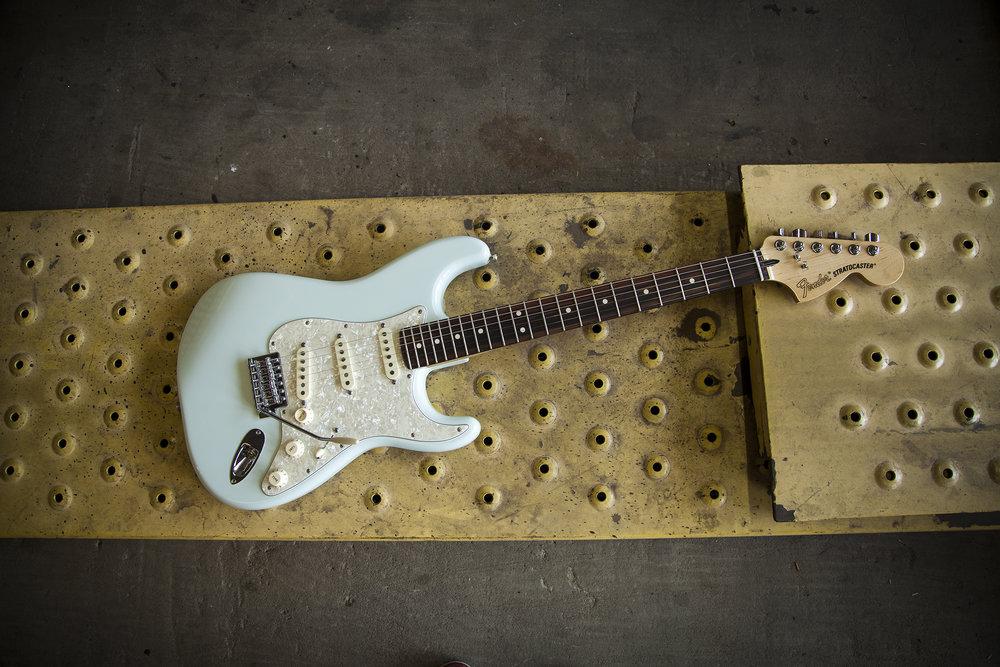 0145010372 Fender DLX ROADHOUSE STRAT RW Sonic Blue v06.jpg