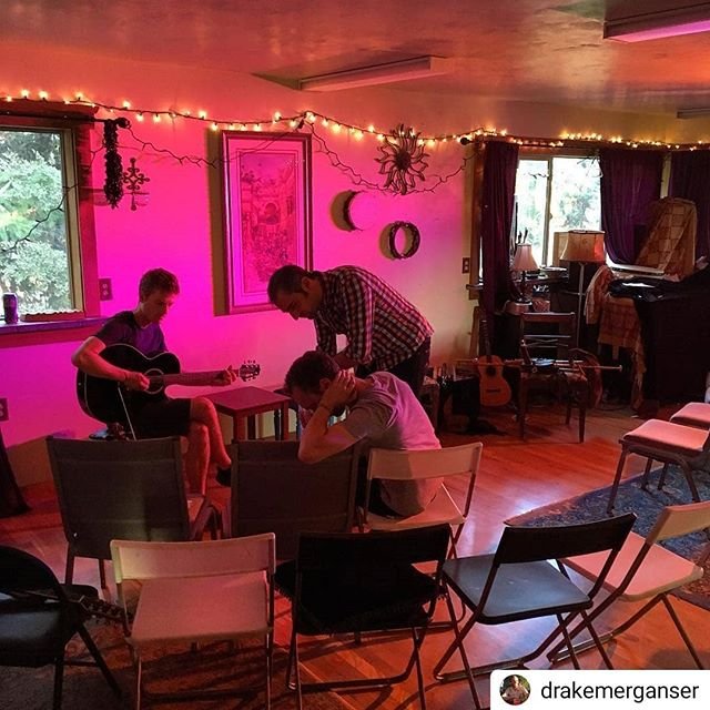 We're on tour!  #Repost @drakemerganser • • • • • Getting ready to play some tunes for the good folks of Monroe, Oregon.  Thanks to Lisa Lynn and Aryeh for hosting us in their beautiful home!
