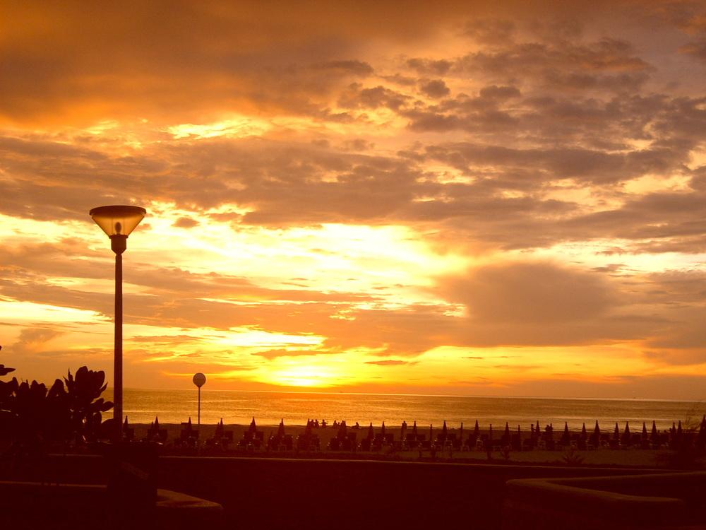 Eka Thaimaan loma Phuketissa ja nätti auringonlasku. Tätä kuvaa ei ole muokattu mitenkään.