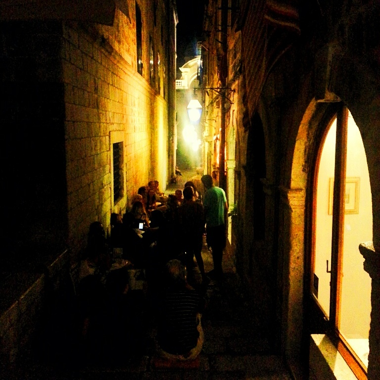 Dubrovnikin pienet kujat oli iltaisin tunnelmallisia
