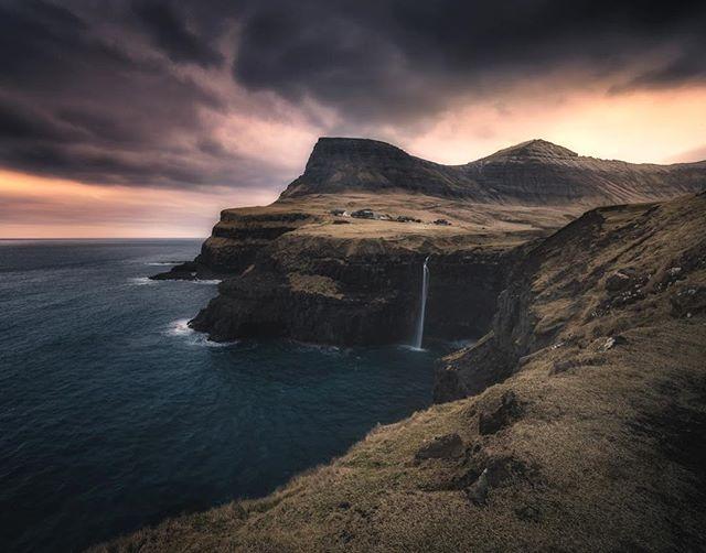 This shot, tomorrow in our second episode of Photographing Faroe Islands series. #gasadalur seems like a fairytale place straight out from a fantasy book! My kind of place (and a favorite photo for a composite)! . Esta foto, amanhã no nosso segundo episódio da série Fotografando as Ilhas Faroe. #gasadalur parece um lugar de conto de fadas direto de um livro de fantasia! Meu tipo de lugar (e uma foto favorita para uma composta)!