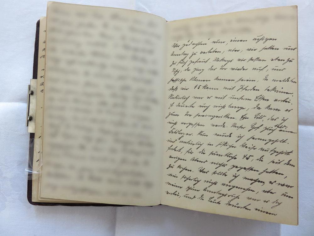 """Extrait du journal intime de / Ausschnitt aus dem Tagebuch von Hedwig Schmitz-Fürstenberg, 1912-1916 © Hedwig Schmitz-Fürstenberg [...] """"Wir gedachten nun einen ruhigen Sonntag [9. August 1914] zu verleben, aber wir hatten uns zu früh gefreut. Mittags, wir saßen eben zu Tisch, da ging das Tor wieder auf, und hessische Ulanen kamen herein. Die meldeten, daß wir 45 Mann mit Pferden bekämen. Natürlich war es nun mit unserem Essen vorbei. Es dauerte auch nicht lange da kamen sie zum Tor hereingeritten. Ein Bild das ich nicht vergessen werde. Unser Hof glich bald einem Feldlager. Nun wurde ich herangeholt und natürlich in höflicher Weise aufgefordert, für die sämtlichen 45 Soldaten, die seit dem vorigen Abend nichts gegessen hatten, zu kochen. Was sollte ich machen, es war mir sicherlich nicht angenehm. Mit unserer schönen Sonntagsruhe war es vorbei und die Soldaten dauerten einen. Ich bekam Soldaten zu Hilfe, die erstmals eine Unmenge Kartoffel schälen mußten. Ich kochte ihnen Suppe, braune Kartoffelnund ließ einen Schinken auseinander schneiden. Um 3 Uhr konnten die Mannschaften antreten und ihr Essen in Empfang nehmen. Dann hieß es weiter sorgen für den Oberleutnant, der allein aß, sich aber angeboten hatte, mit den Mannschaften zu essen. Um 5 Uhr hatte ich alles glücklich überstanden, war aber abends todmüde. Abends mußte ich nochmals sorgen, da gab es für die Leute Kaffee und Bratkartoffeln, für die Besseren Aufschnitt und Butterbrot."""" [...]"""