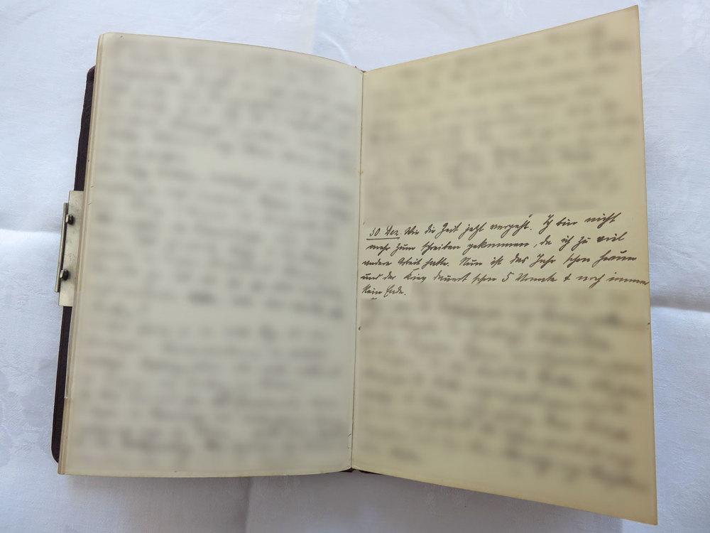 """Extrait du journal intime de / Ausschnitt aus dem Tagebuch von Hedwig Schmitz-Fürstenberg, 1912-1916 © Hedwig Schmitz-Fürstenberg [...] """"30. Dezember 1914. [...] Ich bin nicht mehr zum schreiben gekommen, da ich zuviel andere Arbeit hatte. Nun ist das Jahr schon herum und der Krieg dauert schon 5 Monate und noch immer kein Ende."""" [...]"""