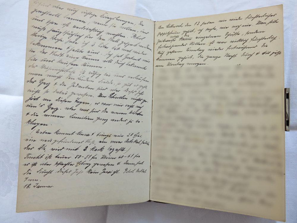 """Extrait du journal intime de / Ausschnitt aus dem Tagebuch von Hedwig Schmitz-Fürstenberg, 1912-1916 © Hedwig Schmitz-Fürstenberg [...] """"Hier ist großer Mangel an Petrol. Wie sorgfältig muß man mit diesem kostbaren Zeug umgehen. Wir hatten uns einige 30 Liter zusammen gekauft, die aber auch schnell zusammen schmolzen. Da haben wir Carbitlampen gekauft und diese Kriegslampen getauft. Es sind auch richtige Kriegslampen, die prachtvoll brennen, wenn sie wollen und uns schon sehr verdrießlich machten. Petroleum muß hauptsächlich für den Stall gespart werden. Letzte Woche habe ich 3 Liter mal wieder bekommen und heute einen. Doch hat Gertrude uns in der Stadt eine Kanne voll durch Bekannte kaufen können. Das Weihnachtsfest ist ruhig bei uns verlaufen, man macht den Kindern Freude so gut es geht. Das Herz und die Gedanken sind aber dieses Jahr nicht so dabei gewesen. Von Schwelm nichts gehört an diesen Tagen, es war mir recht weh ums Herz. Aber was sind die armen Soldaten und die armen Familien ganz anders zu beklagen.  Soeben kommt Anna und bringt mir 20 Eier, ein neugefundenes Nest. Ein rarer Artikel heute, das Dutzend wird mit 2 Mark bezahlt. Frucht ist teuer, 50 bis 51 Franken, für Weizen 60 bis 61 Franken. Es ist aber ein schlechter Ertrag gewesen und dann hat die Frucht dieses Jahr kein Gewicht. Petroleum kostet 7 Sous.  18. Januar 1915  Am Mittwoch den 13. März haben wir wieder fürchterliches Geschützfeuer gehört wie noch nie. Man hörte nicht die einzelnen Schüsse sondern fortwährendes Rollen. Es war wirklich fürchterlich. Auch gestern Sonntag wieder fortwährend die Kanonen gehört, die ganze Nacht durch bis am Montagmorgen."""" [...]"""
