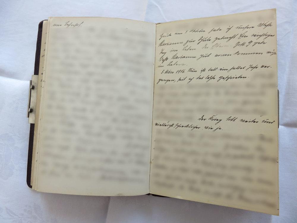 """Extrait du journal intime de / Ausschnitt aus dem Tagebuch von Hedwig Schmitz-Fürstenberg, 1912-1916 © Hedwig Schmitz-Fürstenberg [...] """"Heute am 4. Oktober habe ich unsere Marianne zur Schule gebracht. Ein wichtiger Tag im Leben der Eltern. Gott gebe, dass Marianne gut vorankommen möge im Leben.  5. März 1916. Nun ist bald ein halbes Jahr vergangen seit ich das Letzte geschrieben habe. [...] Der Krieg tobt weiter und vielleicht schrecklicher denn je."""""""