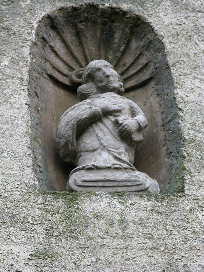 Statuette au-dessus de la porte d'entrée / Kleine Figur über der Hausstür, Birelerhof, Sandweiler, 2003 © Marguy Conzémius