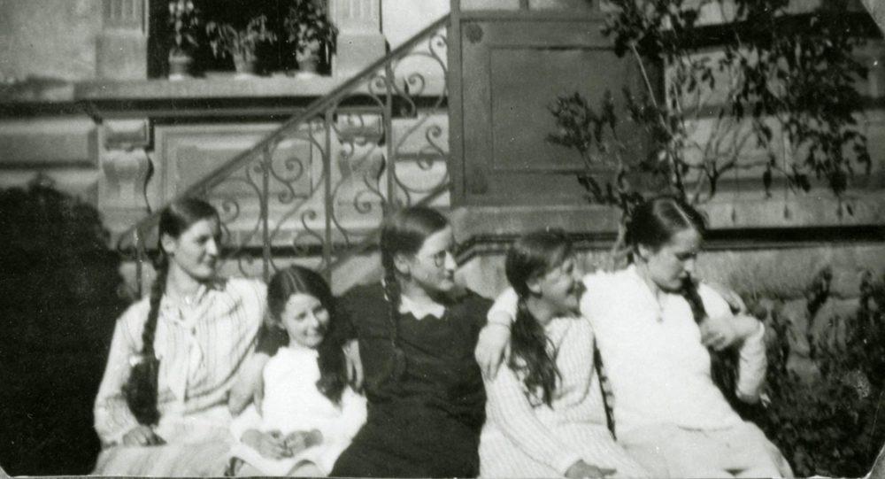 De gauche à droite / von links nach rechts: Paula, Elisabeth, Gertrud Schmitz et deux autres filles ca. 1925 © photographe inconnu, droits réservés