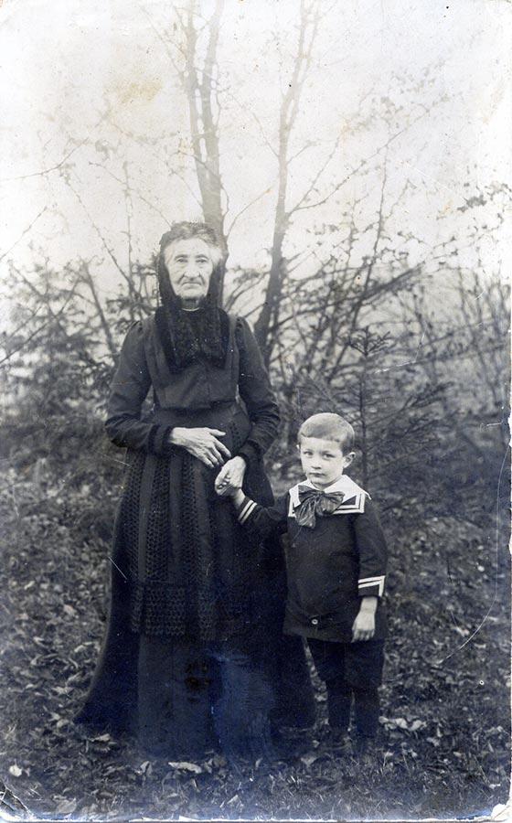 Maria Anna Schmitz du Moulin et son petit fils / und ihr Enkel Alderich, ca. 1917 © photographe inconnu, droits réservés