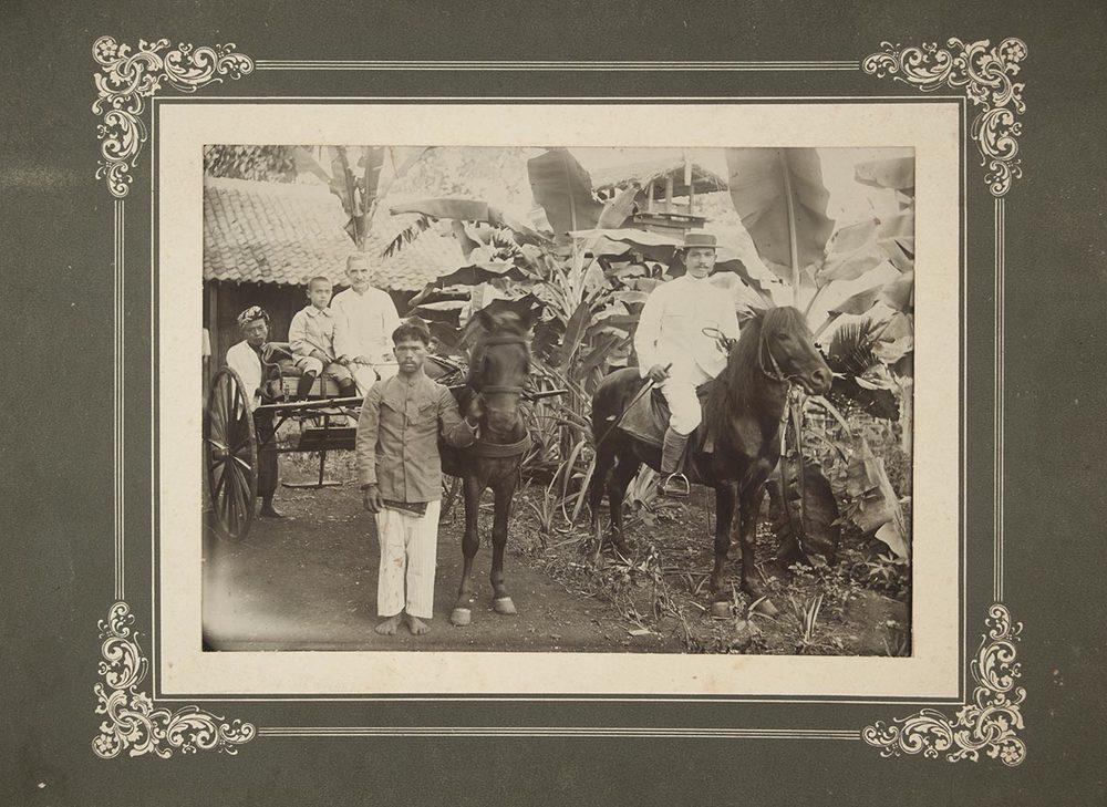 Heinrich Schmitz du Moulin et son fils Tilly en Indonésie / und sein Sohn Tilly in Indonesien, ca. 1920 © photographe inconnu, droits réservés